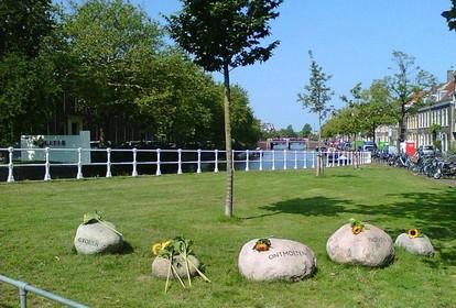 Bloemen voor bij MH17-ramp omgekomen Haarlems gezin