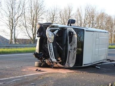 Bestelbus botst tegen vangrail op A7: bestuurder gewond naar ziekenhuis