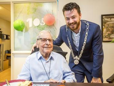 Kersenbonbons voor Flip Amelung: de oudste mannelijke Haarlemmer viert vandaag zijn 105e verjaardag