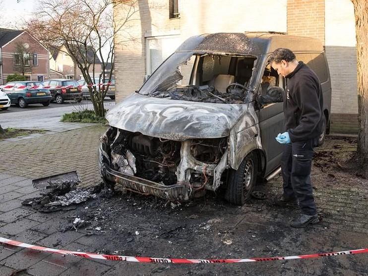 Busje uitgebrand op Zandpad Eemnes