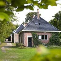 Het ensemble met schuur, boerderij en koetshuizen op landgoed Elswout.