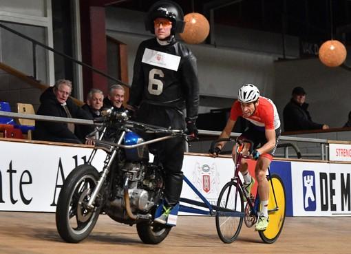 Oud-renner Jos Pronk geniet ook op grote motor; samen met Honig favoriet op NK stayeren