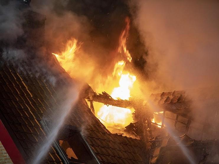 Uitslaande brand verwoest woning in Hoofddorp [video]
