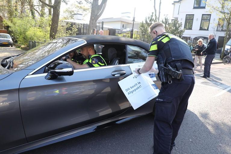 Politie en Belastingdienst in actie bij villa Zandvoort, spullen en auto in beslag genomen