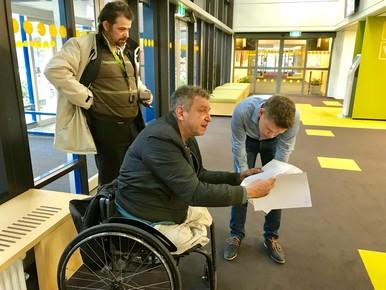 Een dossier van makelaar Redres wordt door een gemeenteambtenaar naar Scholte gebracht. Het document is niet wat de kunstenaar wil hebben.
