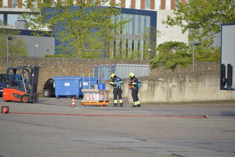Bedrijf ontruimd in Nieuw-Vennep om lekkende container met blauwzuurgas