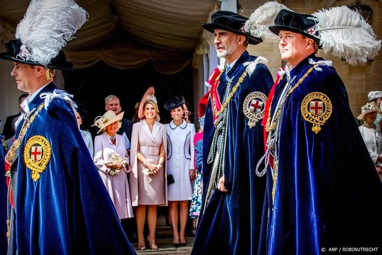 Koning nu echt ridder in Orde van Kousenband
