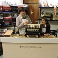 John en Jaye Vickers in hun muziekwinkel in Edam.