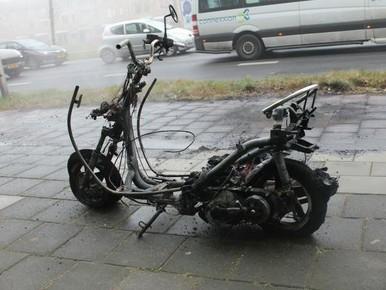 Scooter komt uit garage en vliegt in brand