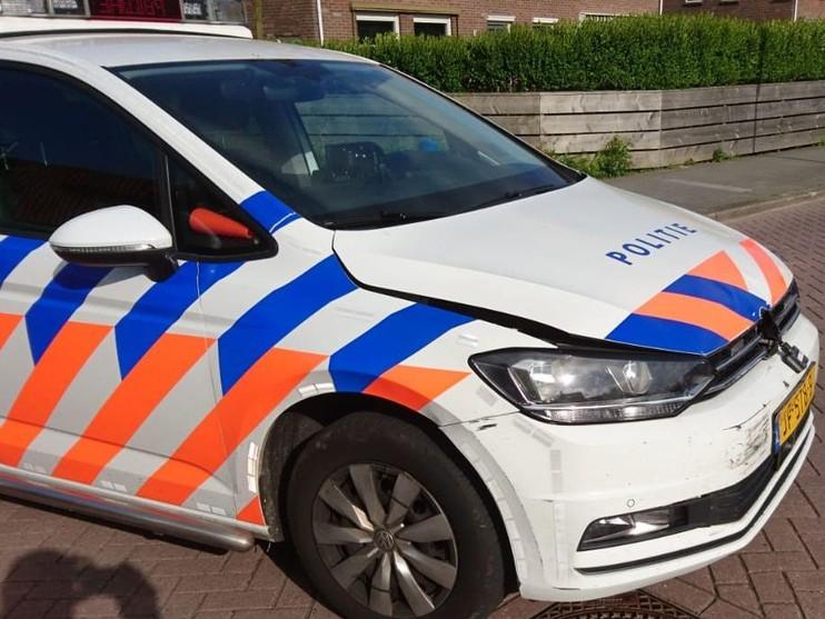 Politiewagen ramt auto tijdens achtervolging op Texel; motorrijder ontkomt