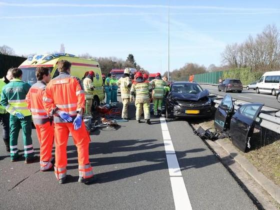 Automobiliste beklemd bij ongeval A1 bij Laren