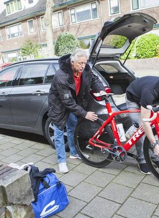 Klaar voor vertrek naar Brakel. Brian Burggraaf controleert zijn voorwiel, metgezel Charles Burggraaf houdt de fiets vast.