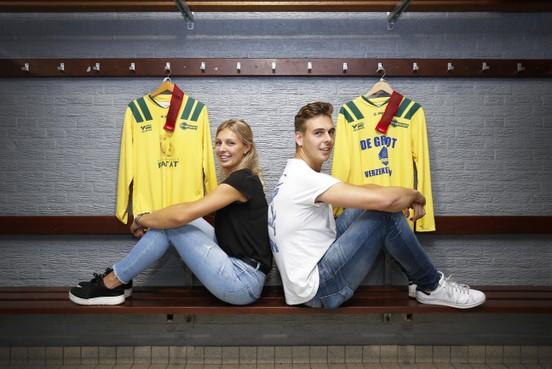Broer en zus Stan en Roos Vrouwe allebei aanvoerder van FC Uitgeest: 'Tips heb ik niet gegeven, ze kan het prima zelf uitzoeken'
