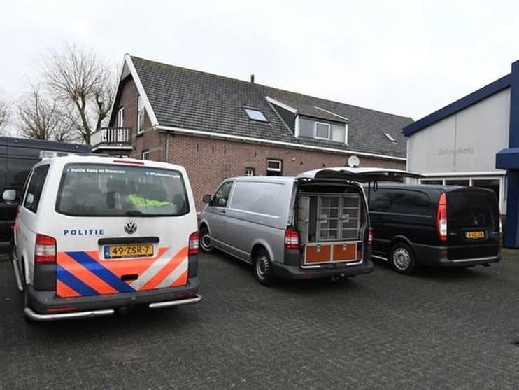 Politie vindt verboden middelen in boerderij Leimuiden
