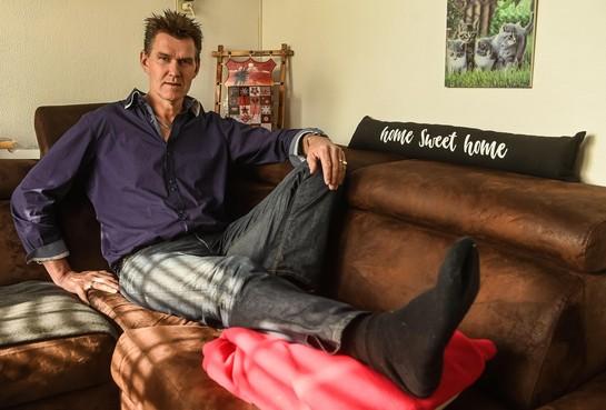 Scheidsrechter Jan Smit uit Opmeer bruut van het veld getrapt: 'Maar ik ga door!'