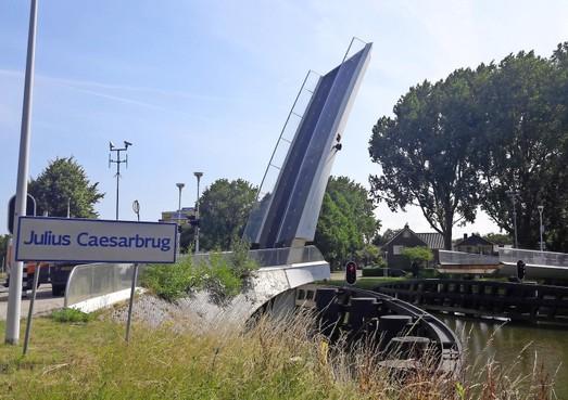 Julius Caesarbrug in Leiden twee weken afgesloten
