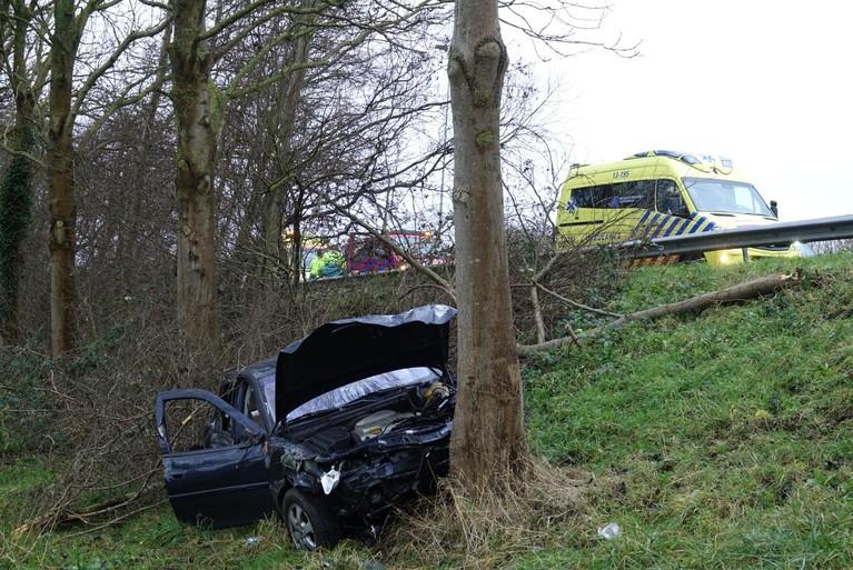Auto ramt boom langs A7 bij Middenbeemster