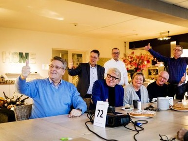 Henk Krol met enkele partij genoten van politieke partij 50PLUS bij aanvang van een trainingsweek in hotel De Slaapfabriek in Teuge. De twaalf eerste kandidaten van 50PLUS voor de Tweede Kamerverkiezingen van 15 maart gaan in de eerste week van 2017 op teambuilding.
