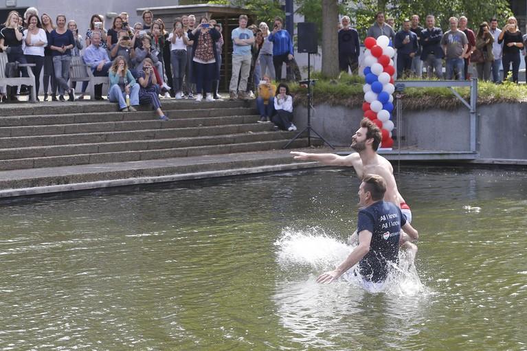 Belofte maakt schuld: DJ's AVROTROS duiken in Hilversum in de vijver voor Duncan Laurence