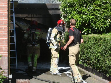 Uitslaande brand verwoest auto en garage in Hilversum