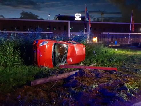 Auto op z'n kant in Alkmaar, twee inzittenden gewond