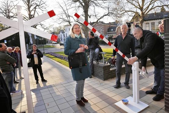 'Pas op de plaats' met een slagboom voor het Hilversumse raadhuis tegen de stationsplannen