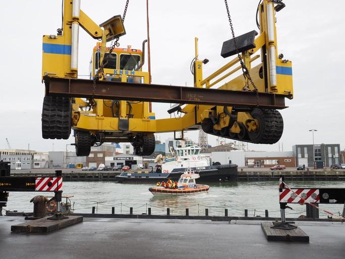 Lanceervoertuig KNRM Wijk aan Zee rijdt over strand naar Noordwijk [video]