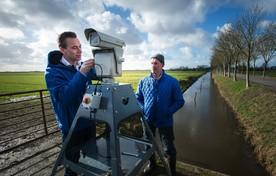 Gijs Groen van Bird Control (l) en melkveehouder Peter Boots bij de Agrilaser.
