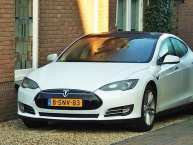 Wakkere Tesla 'vangt' auto-inbreker