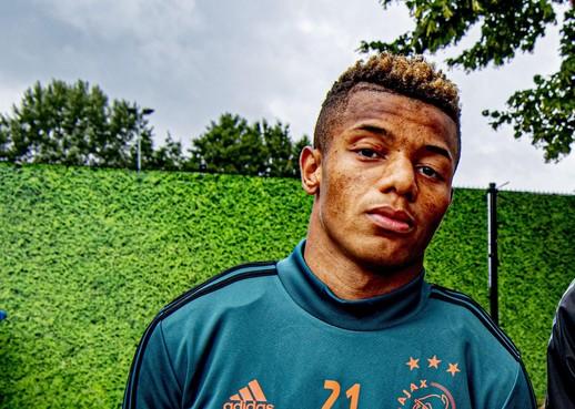 Neres blijft bij Ajax en verlengt contract