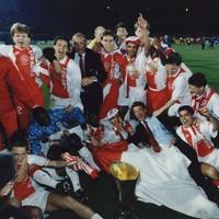 1992: Na het in ontvangst nemen van de UEFA-beker rolt het hele Ajax-team in dolle vreugde over de grasmat.
