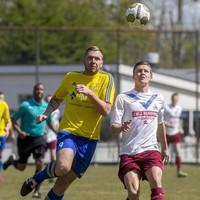 Patrick Castricum (links) en Twan Verswijveren (rechts) vechten een verbeten duel om de bal uit.