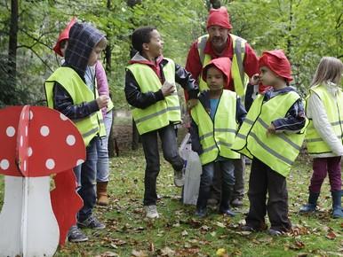 Kleine kabouters in de bossen bij start Paltzfestival in Soest