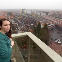 Isaura Gorter kijkt vanaf het balkon van haar nieuwe woning uit over Hilversum.