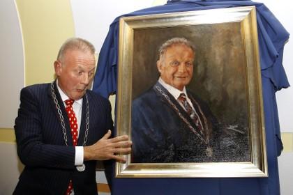 Burgemeester Sicko Heldoorn krijgt portret bij afscheid van de gemeente Huizen waar hij ruim anderhalf jaar waarnemer was