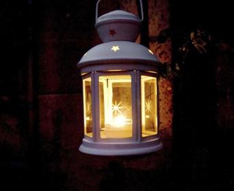 Honderden lichtjes op Huizer begraafplaats