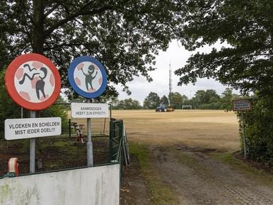 De onderhoudsdienst van de gemeente Castricum zaait het B- en C-veld opnieuw in.