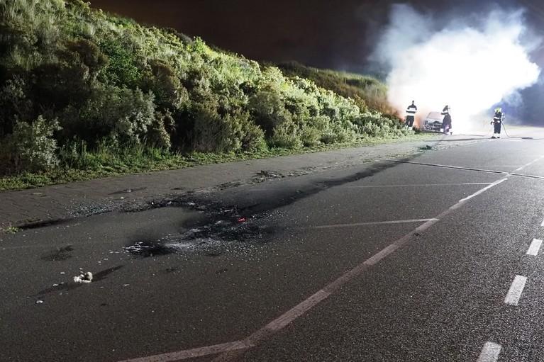 Auto volledig door brand verwoest bij IJmuiderslag