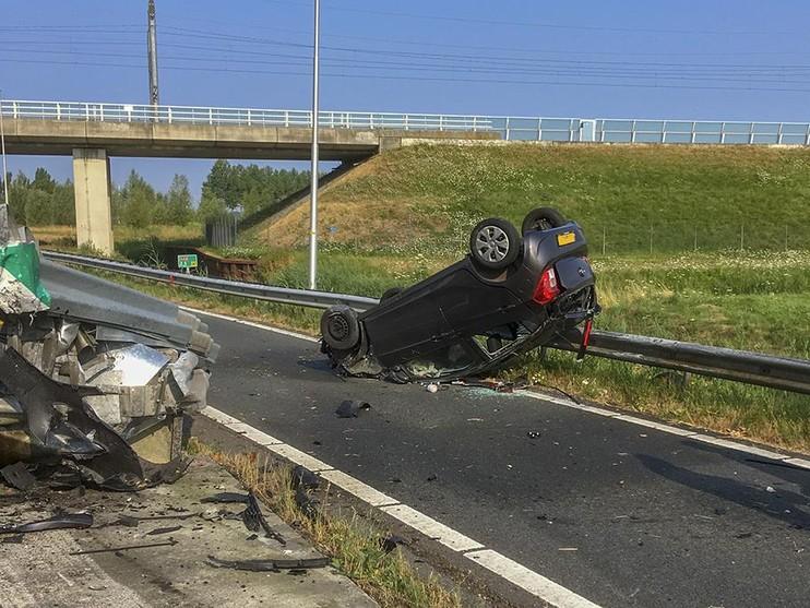 Auto op de kop op A44 bij Nieuw-Vennep, bestuurder gewond