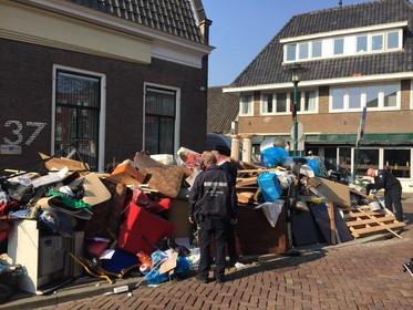 Bewoner Veerstraat in Hilversum dumpt complete huisraad op straat [video]
