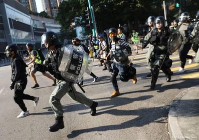 Politie vuurt traangas af op betogers Hongkong