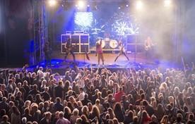 Muziekfestival Haringrock op het Strandplein in Katwijk aan Zee trekt jaarlijks duizenden bezoekers.