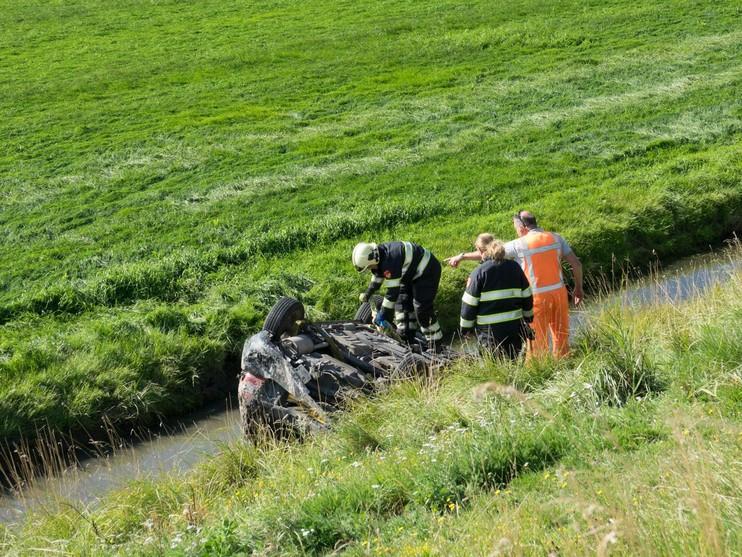 Auto belandt op zijn kop in sloot Schagen, bestuurder overleden [video]