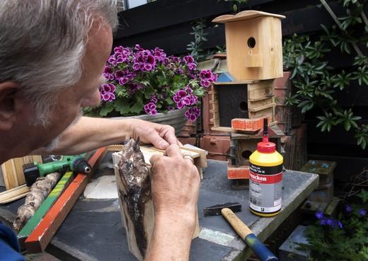 Haarlemmer maakt kunstzinnige gedenkhuisjes voor overleden dierbaren