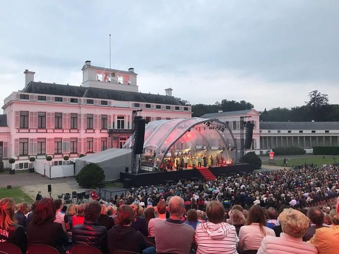 Musical 'Elisabeth' van start op regenachtige avond