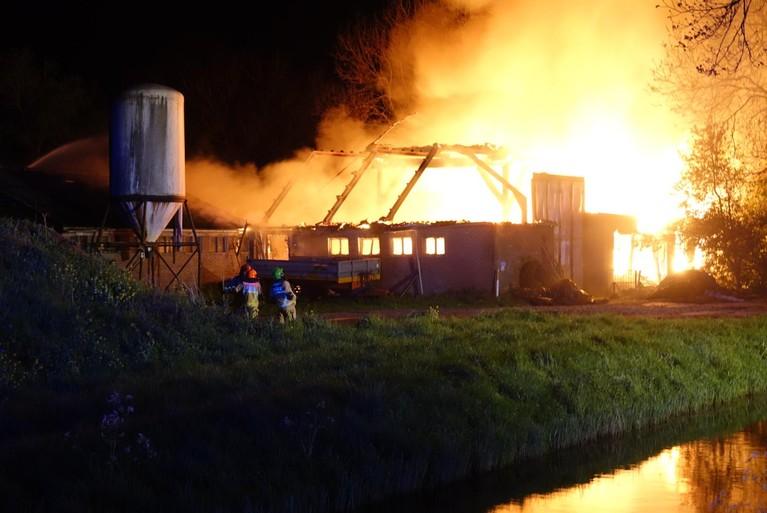 Zeer grote uitslaande brand bij boerderij Purmer [video]
