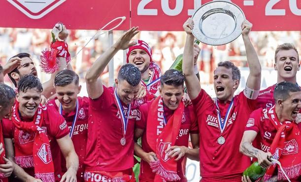 Keeper Drommel uit Bussum nu een held bij kampioen FC Twente [video]