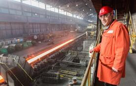 Gedeputeerde Adnan Tekin bij de warmbandwalserij bij Tata Steel.