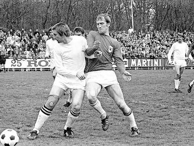Wim de Jager (rechts) in 1970 als speler van AZ'67 in duel met DOS-speler Ed van Stijn.
