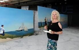 Pauline Bakker bij de doeken die samen een panorama vormen.